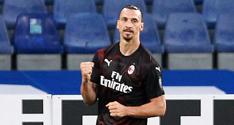Bilden är från en match i fotboll. Zlatan har en svart tröja på sig. Han knyter näven efter att han gjort ett mål.