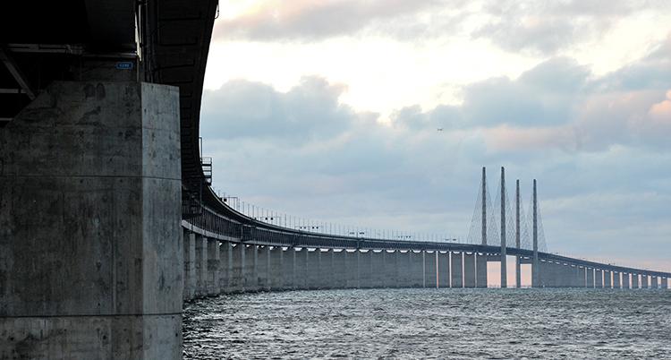 En bild från sidan av bron. Man ser hur den böjer sig i en sväng. I mitten är höga pelare som håller upp bron.