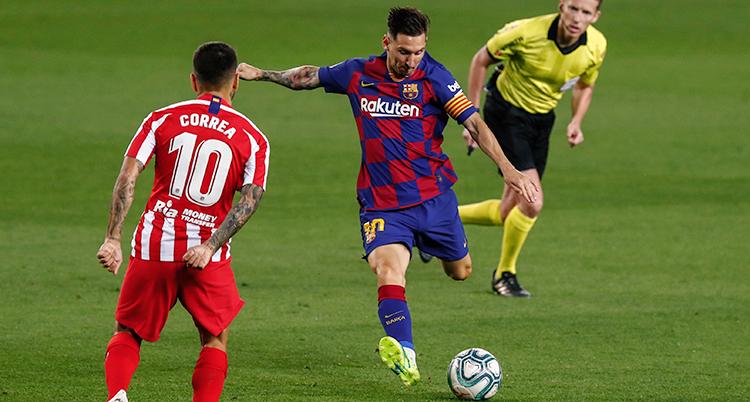 Messi laddar för skott. Em back försöker att täcka skottet. Dopmaren springer bakom och håller koll.