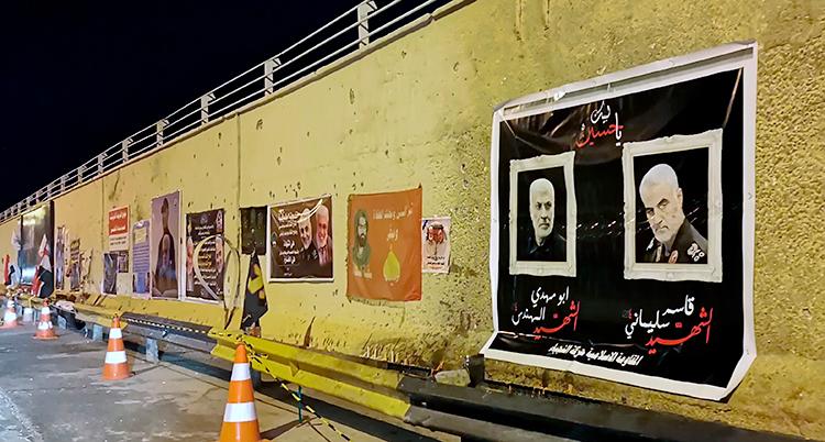 Porträtt av den iranska militära ledaren Bassem Soleimani hänger på en vägg.