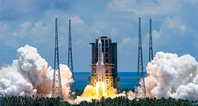 Vi ser en raket som är på väg att lyfta. Det kommer eld och rök från raketen.
