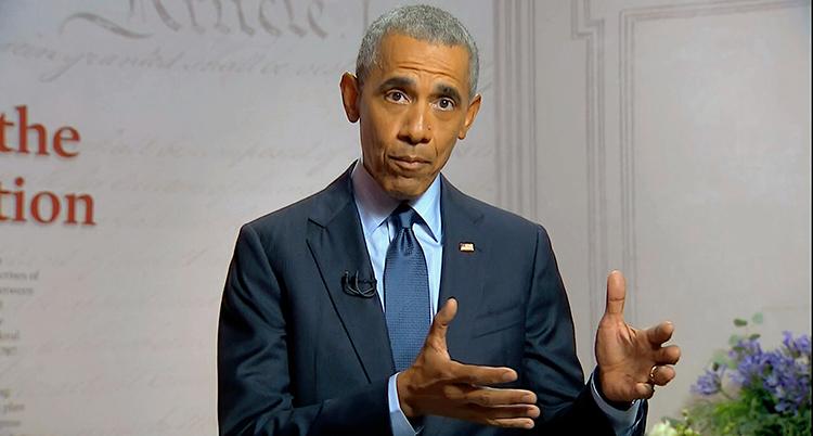 Barack Obama pratar och gör gester med händer.