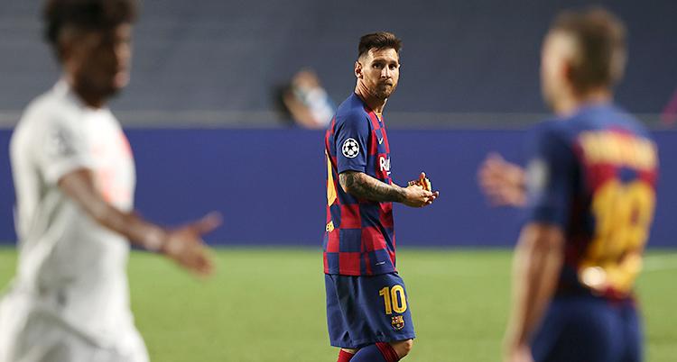 En match i fotboll har precis slutat. Två spelare tackar varandra. I bakgrunden syns Lionel Messi. Han vänder sig om mot kameran och ser allvarlig ut.