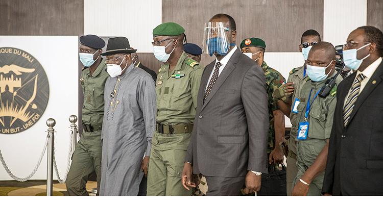 Nigerias tidigare president Goodluck Jonathan tillsammans med bland annat en person från militärjuntan i Mali. Några personer har på sig munskydd och visir mot viruset corona.