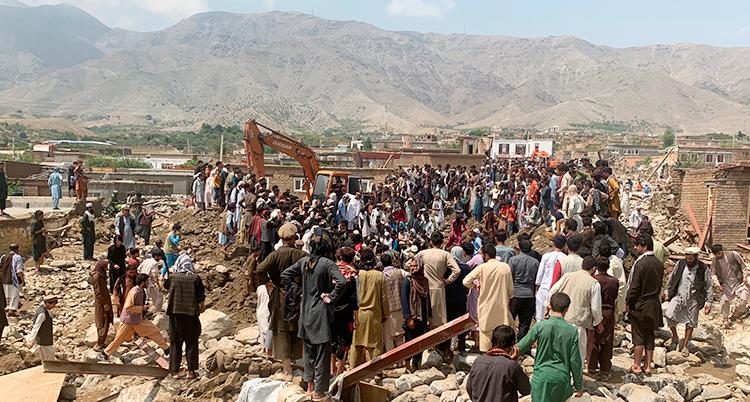 Många människor försöker röja upp och hjälpa andra människor efter översvämningarna i Afghanistan.
