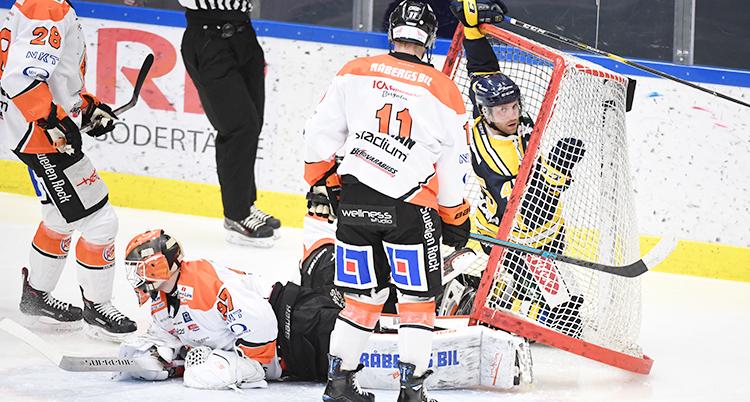 Laget Karlskrona gör mål under en match i ishockey.