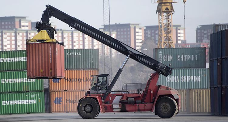 En lyftkran i arbete i en hamn.
