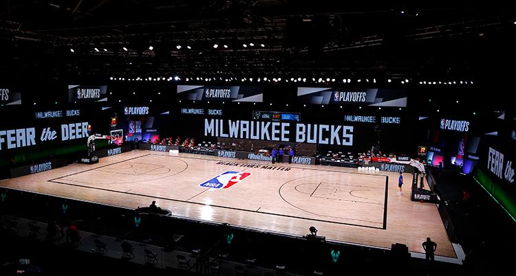 En tom plan. På ena sidan finns en skyld där det står Milwaukee Bucks.