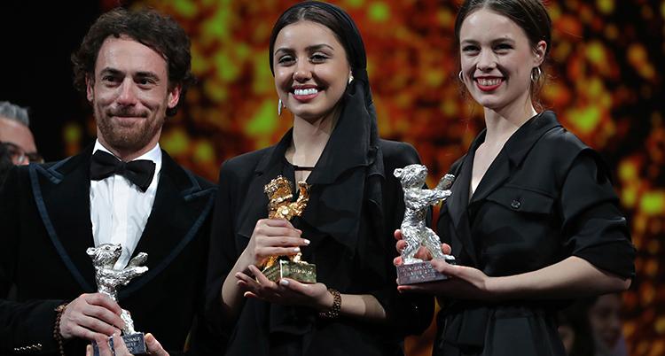 En manlig och två kvinnliga skådespelare håller varsitt pris i händerna.