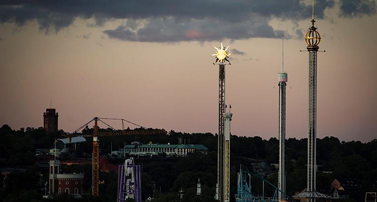 Det är mörkt och stilla på Gröna lund. Alla karuseller står stilla.