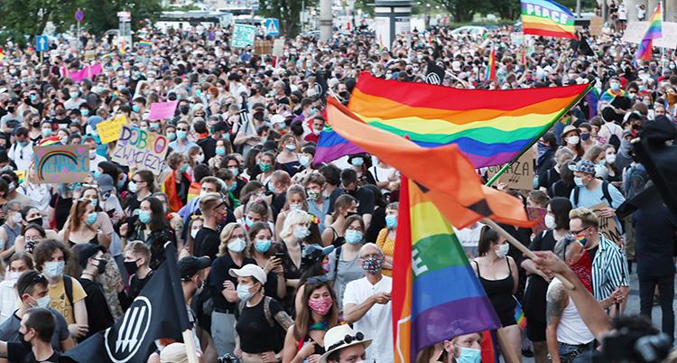 Masa människor med pride-flaggor.
