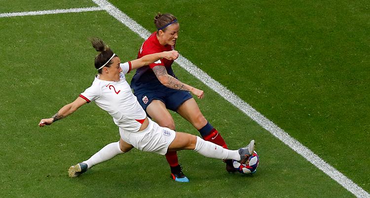 Det är en fotbollsmatch. Två spelare kämpar om bollen.