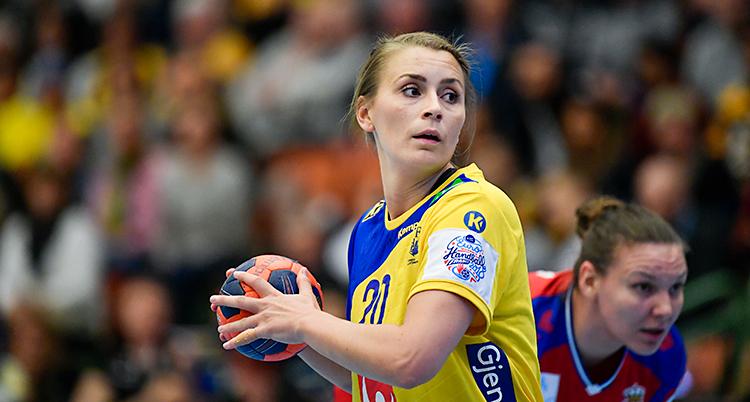 Från en match i handboll. Isabelle Gulldén håller i bollen. Hon har en gul och blå tröja.