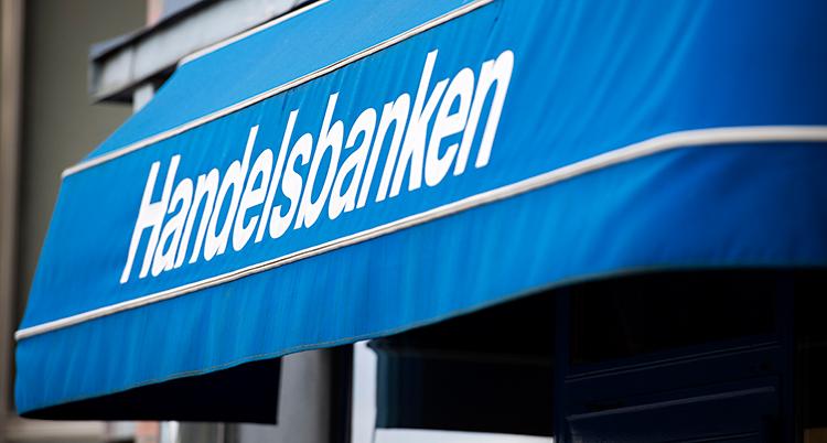 Vi ser en blå markis utanför ett kontor. Markisen är blå. Det står Handelsbanken på den.