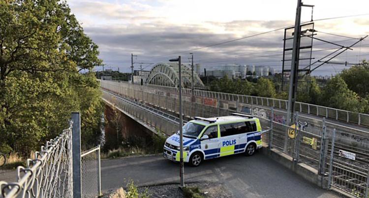 Vi ser en bro. En polisbuss står och spärrar bron. Ingen kan gå förbi.