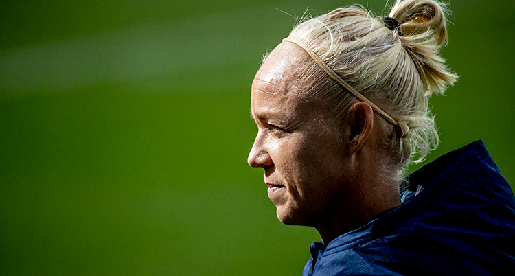 Vi ser Caroline Seger i profil. Hon tittar åt vänster. Hon har blont hår i en tofs. Hon har en mörkblå jacka.