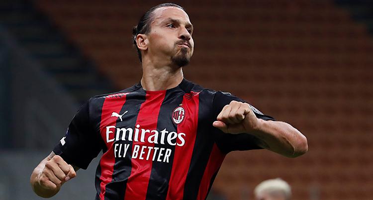 Bilden är från en match i fotboll. Zlatan har en tröja som är svart och röd.