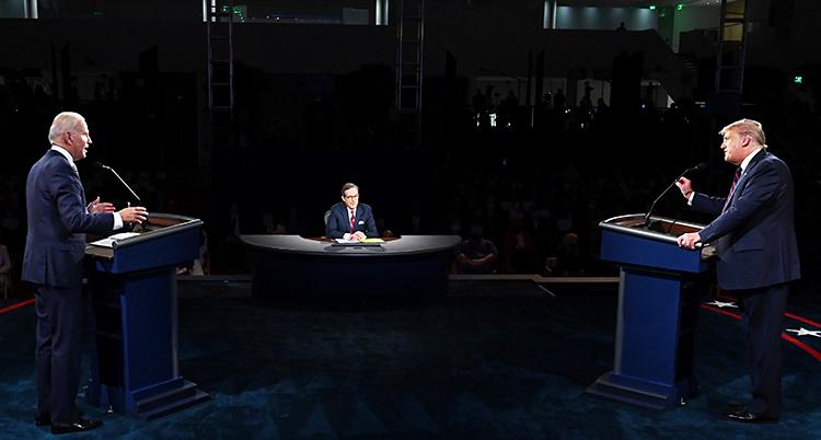 De är i en studio. Joe Biden står vid en talarstol till vänster. Donald Trump står till höger. I mitten längre bort sitter en programledare.