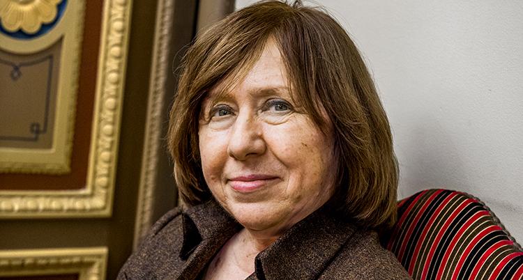 En nära bild på författaren. Hon har kort brunt hår som når till axlarna och en brun kavaj på sig.