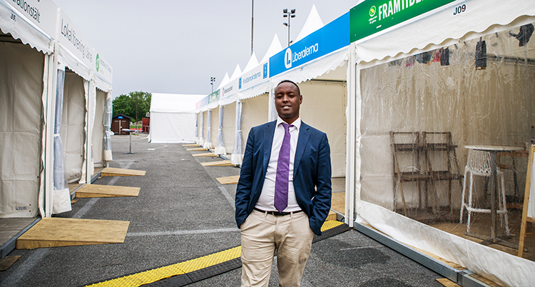Ahmed Abdirahman står på en gata.