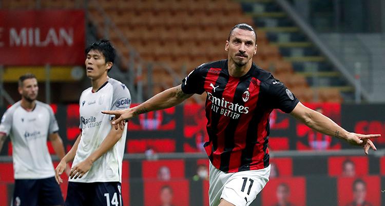 Zlatan springer med armarna utsträcka. I bakgrunden syns deppiga spelare.