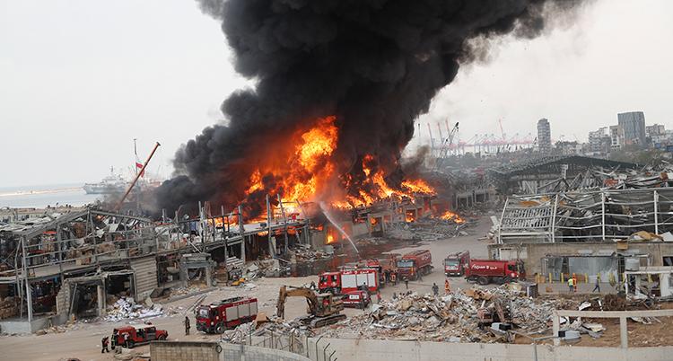 En stor brand och svart rök i hamnen i Beirut.