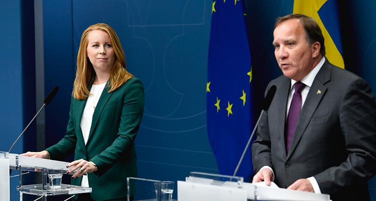 annie lööf tittar på statsministern under presskonferensen.