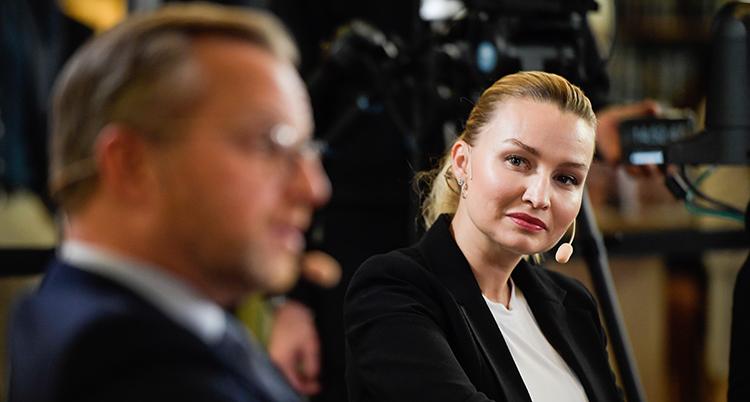 Politikern Ebba Busch tittar mot politikern Mikael Damberg.