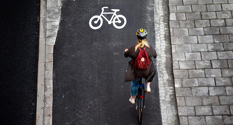 En människa som cyklar på en cykelbana.