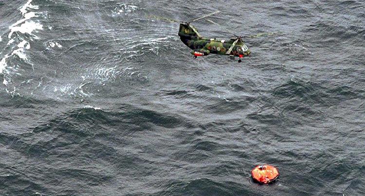 Helikopter som flyger över havet där Estonia sjönk.