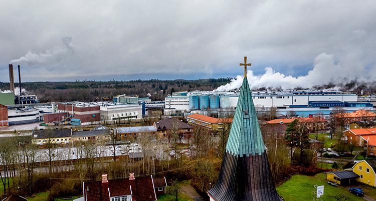 Rök från Stora Ensos fabrik ses över Hylte.