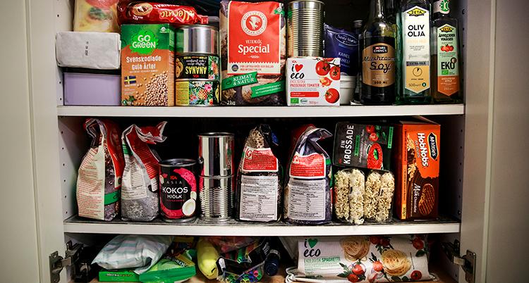 Skåp med livsmedel spm står på hyllor.