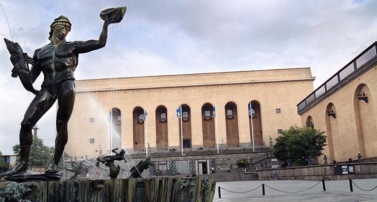 En staty i förgrunden och ett stort hus i tegel som är konstmuseet.