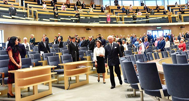 Kungen och drottningen går in i Sveriges riksdag.