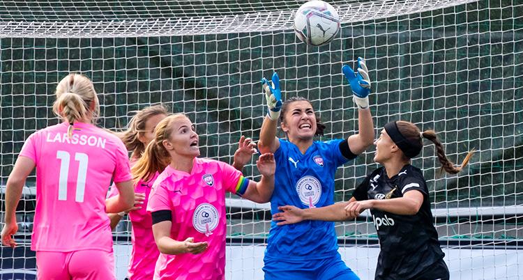 Flera spelare kämpar om bollen framför Umeås mål. Bollen är i luften och målvakten försöker att ta den.
