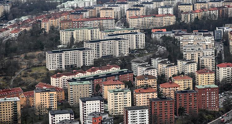 En bild tagen från luften. Den visar massor av lägenheter i ett område i Stockholm.