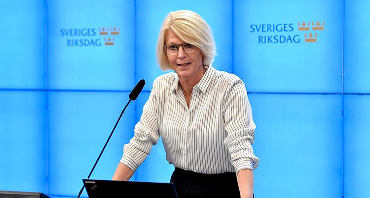 Sventesson står i talarstolen. Bakom henne står det Sverige riksdag på väggen.