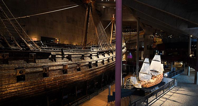 Skeppet Vasa i bakgrunden och en model av skeppet Vasa i förgrunden.