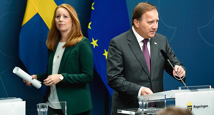Lööf och Löfven har en presskonferens tillsammans. Lööf har en grön kavaj och Löfven har en mörk kostym. I bakgrunden finns Sveriges flagga och EUs flagga.
