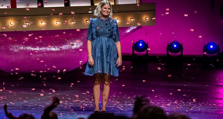 Sofie Linde på en stor scen framför en publik.