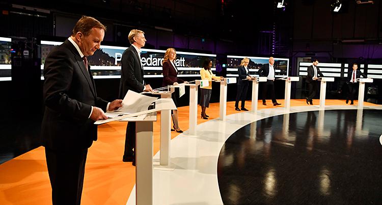 Vi ser en tv-studio. Ledarna för Sveriges partier står i studion. De ska ha en debatt.