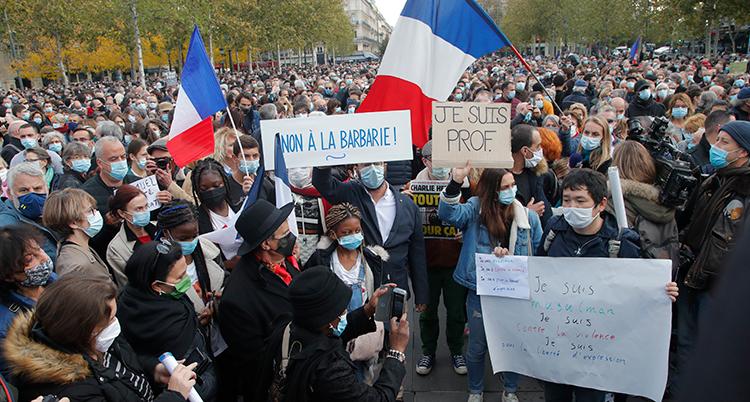 Människor med plakat protesterar.