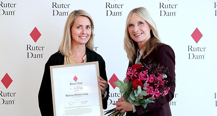 Två kvinnor tittar in i kameran. De ler. Båda har blont hår. Hon till vänster har ett diplom. Hon till höger har en bukettt med blommor.