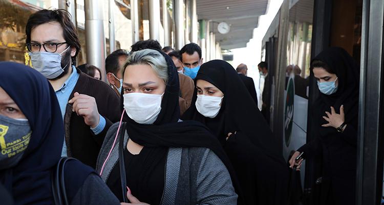 Människor kliver av en buss. Alla bär munskydd.