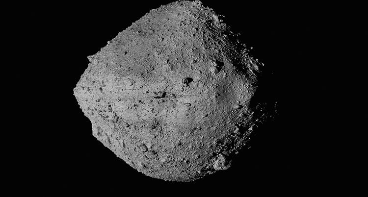 En stor grå sten som syns mot den svarta rymden