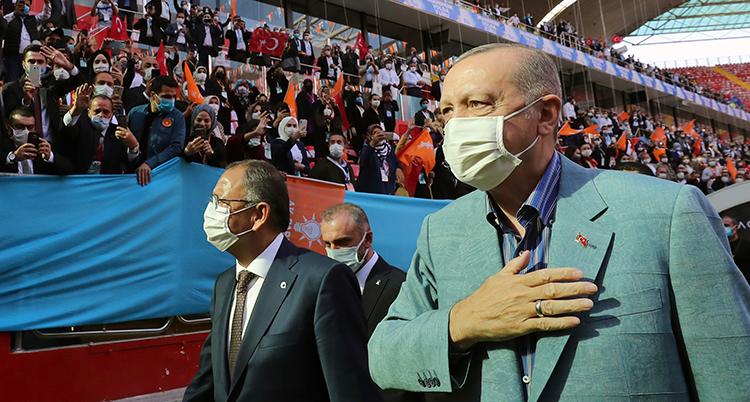 Erdogan på väg in i en arena. På läktarna bakom honom finns mycket folk. De har turkiska flaggor.