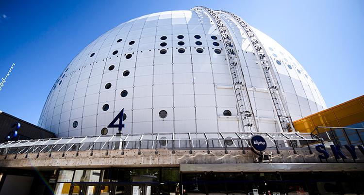 Den stora vita runda byggnaden Globen syns mot en blå himmel.