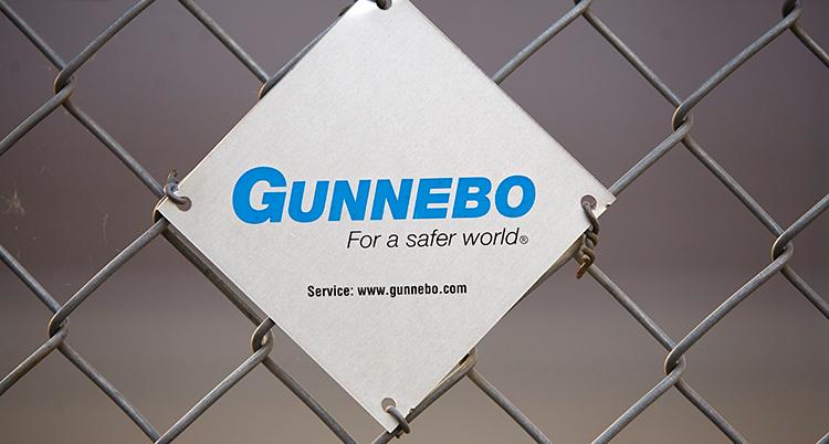 En skylt på ett stängsel där det står Gunnebo - For a safer world