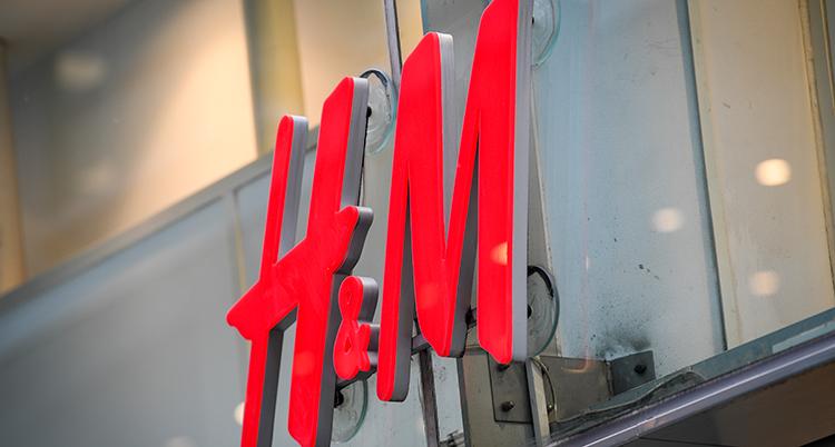 En skylt som det står H&M på. DEt står med stora röda bokstäver.