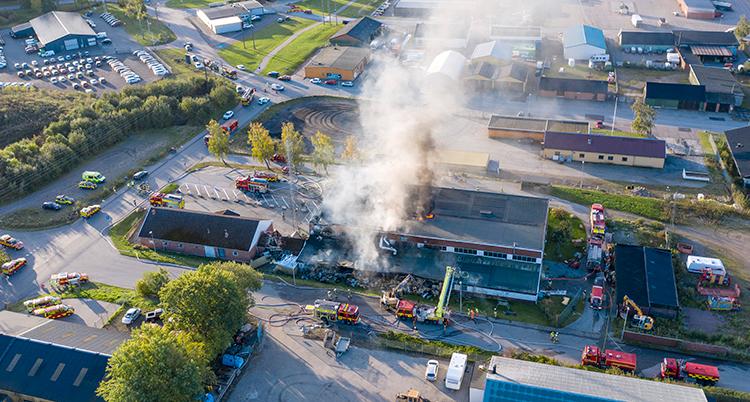 Bilden är tagen från luften. Massor av rök syns från stationen.